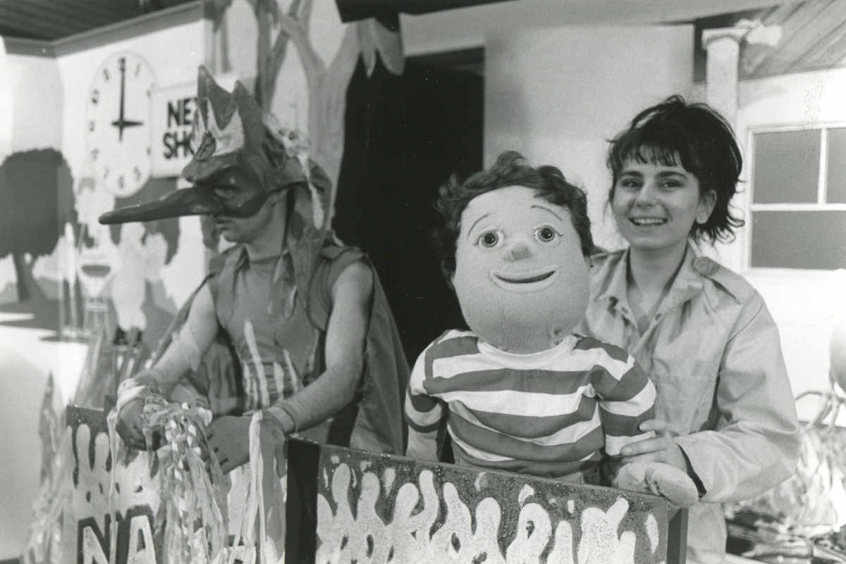 Handspan Theatre Captain Koala man in mask and costume with woman holding boy puppet