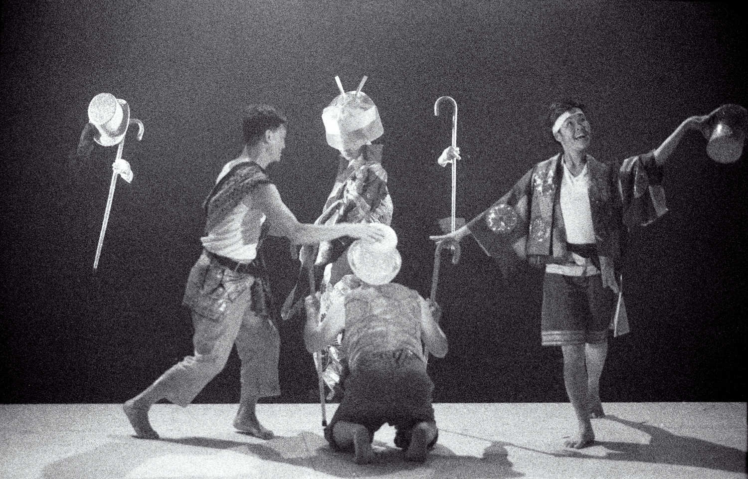 Miss Tanaka Handspan/Playbox 4 people dancing with walking sticks and hats