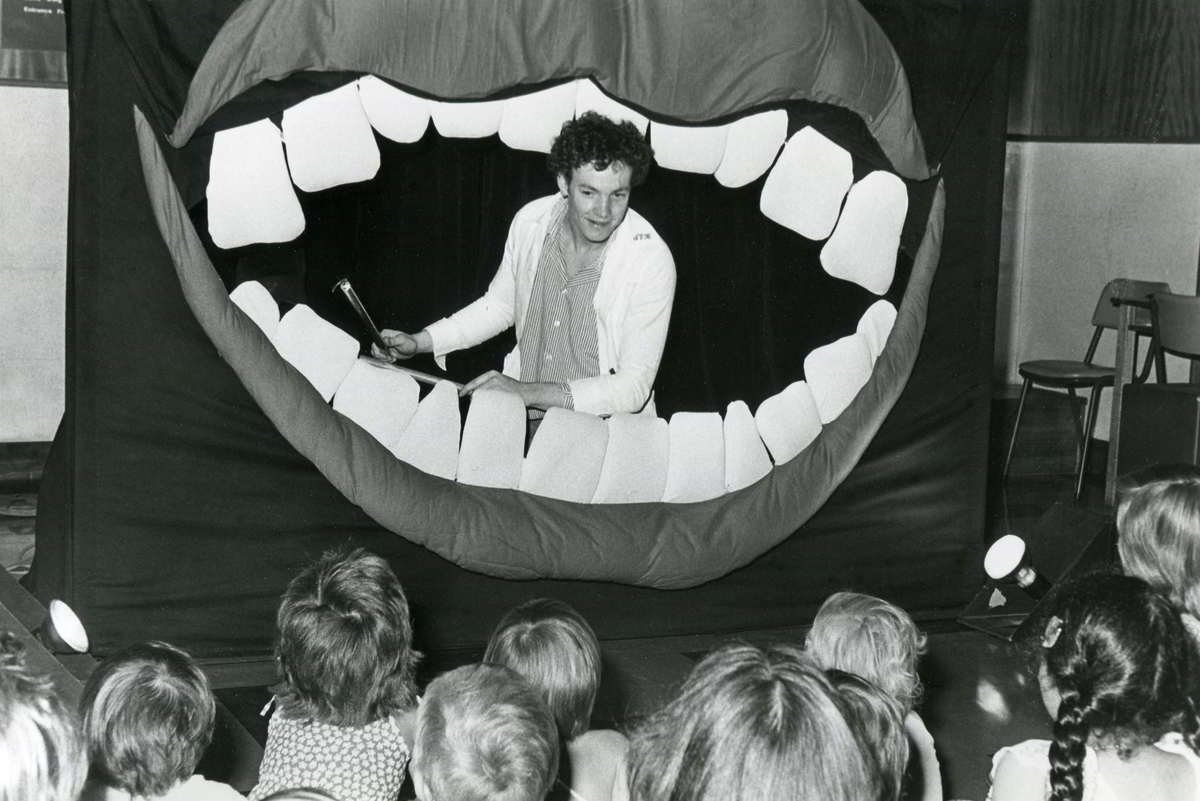 children watch the dentist examine the teeth